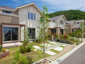 """▲それぞれの家で間取りやコンセプトはことなsるものの、外観素材や色、庭や植栽などのiイメージを統一。""""まち""""そのものの付加価値を高めています、"""