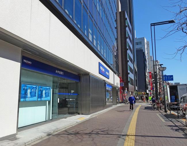 新宿通り みずほ銀行四谷支店前