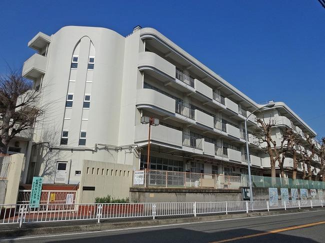 「横浜市立宮谷小学校(現地より約980m)」